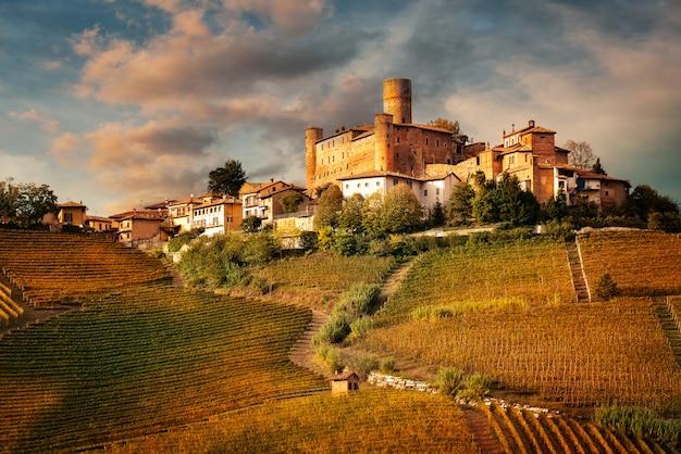 Castiglione faletto, pueblo en la región vinícola de barolo, langhe, piamonte, italia
