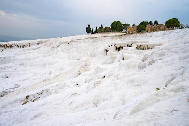 Castillo de algodón pamukkale en denizli, turquía