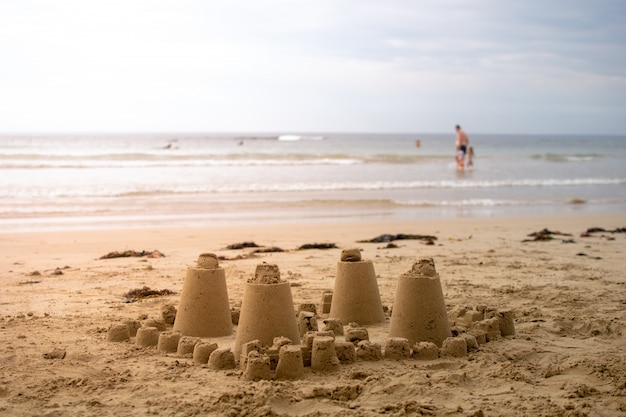 Castillo de arena hecho por niños pequeños en las vacaciones de verano.