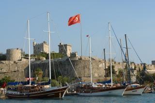 Castillo de bodrum y el puerto deportivo