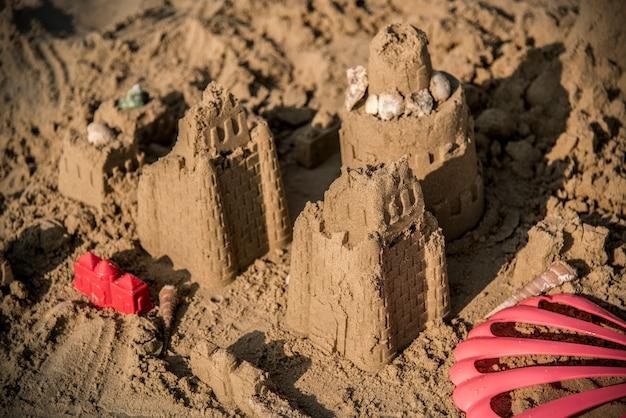 Castillo de arena en una playa cálida