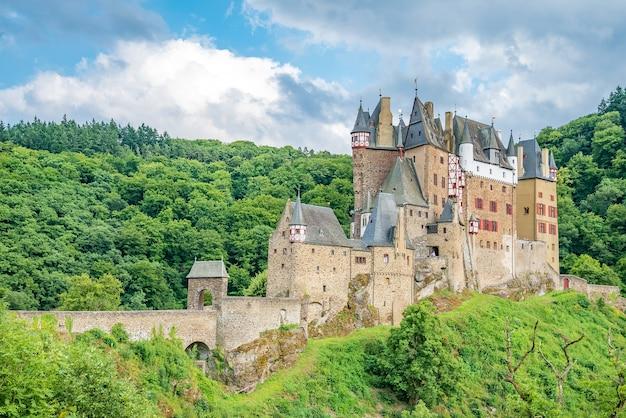 Castillo de eltz, un castillo medieval ubicado en una colina en el bosque