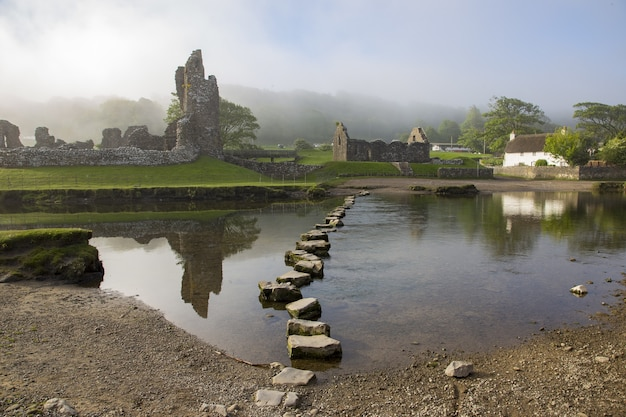 Castillo y lago ogmore