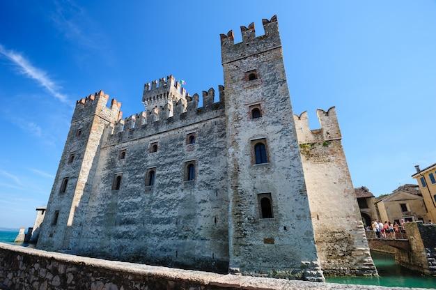Castillo medieval scaliger en el casco antiguo de sirmione en el lago lago di garda