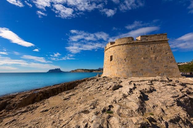 Castillo de moraira en la playa de teulada en el mediterráneo alicante.