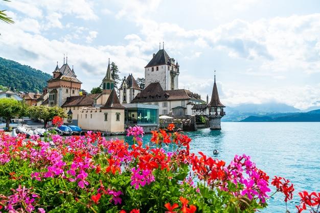Castillo de oberhofen con el lago thun en suiza