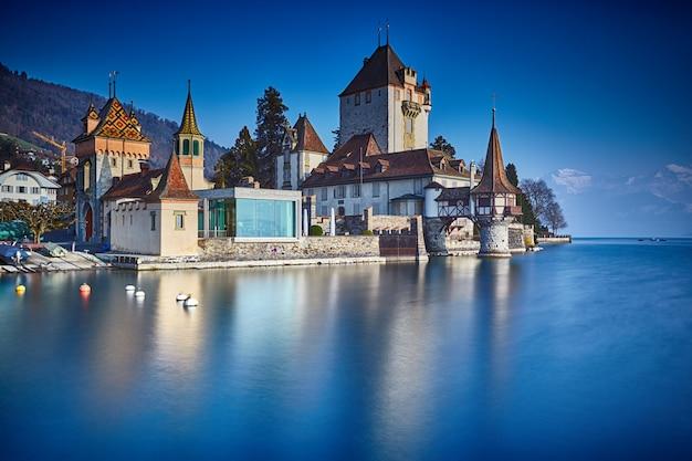 Castillo de oberhofen en el lago thun