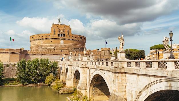 Castillo de sant'angelo (castillo de santo ángel) y ponte o puente de sant'angelo con estatuas en roma, italia.