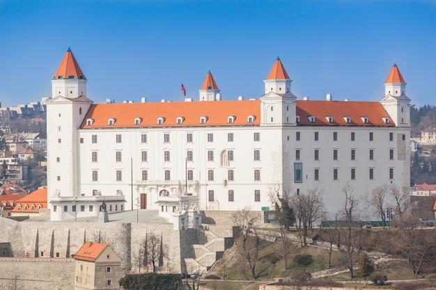 Castillo viejo en bratislava en un día soleado