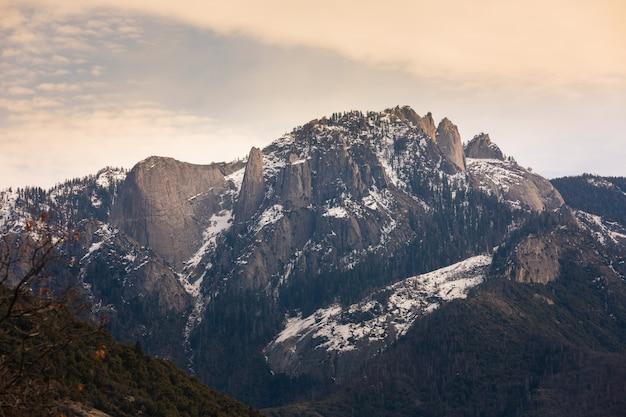 Castle rocks north mountains en el parque nacional sequoia y kings canyon en california