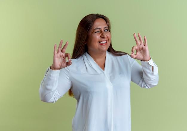 Casual, caucásico, mujer de mediana edad, actuación, okey, gesto
