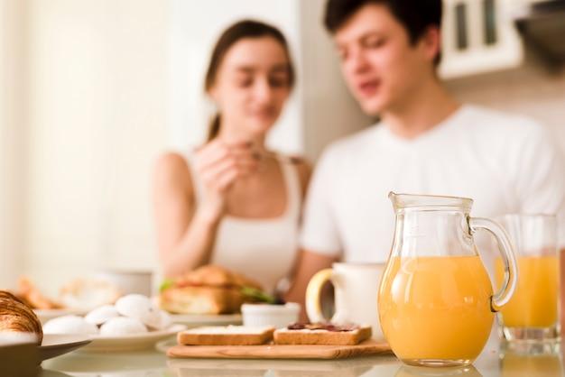 Casual joven pareja desayunando juntos