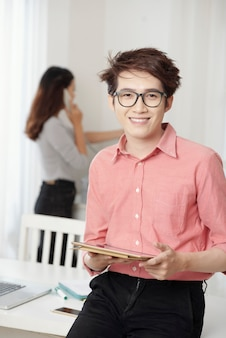 Casual joven con tableta en oficina