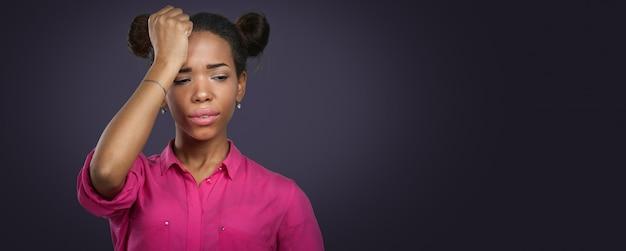 Casual mujer negra con dolor de cabeza
