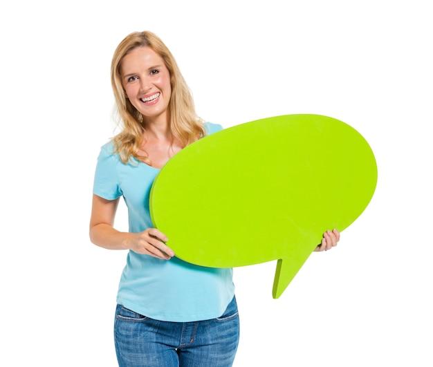 Casual mujer sosteniendo la burbuja del discurso