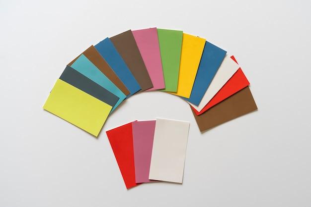 Un catálogo de muestras de tonos de color, elección del diseñador, vista superior en el escritorio en el lugar de trabajo
