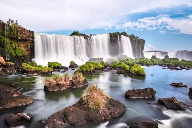 Cataratas del iguazú en argentina, vista desde la boca del diablo. vista panorámica de muchas majestuosas y poderosas cascadas de agua con niebla y nubes. imagen panorámica