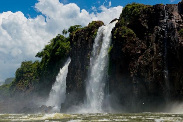Cataratas del iguazú desde el río paraná