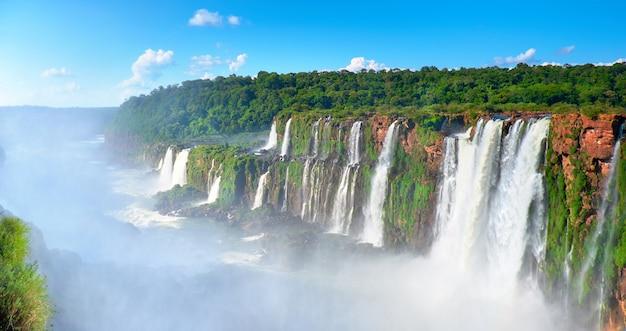 Cataratas del iguazú sobre el valle del río iguasu con niebla