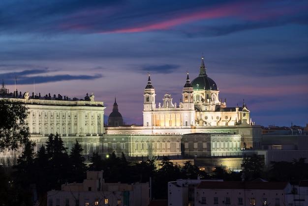 La catedral de la almudena es una iglesia católica en madrid, españa por la noche.