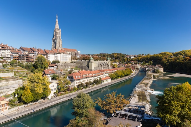 Catedral de berna o munster junto al río aare en día soleado, suiza