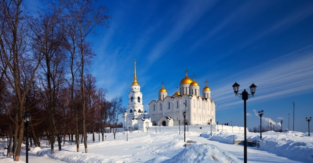 Catedral de la asunción en vladimir en invierno