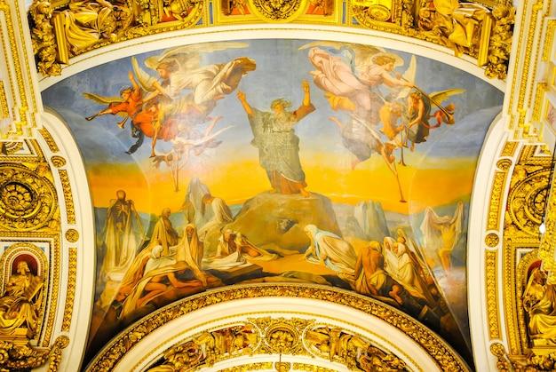 La catedral de isaac recibió visitantes después de la restauración de muchas exposiciones.