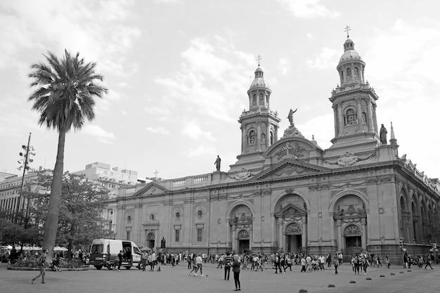 Catedral metropolitana de santiago en la plaza de armas de la ciudad de santiago de chile en monocromo