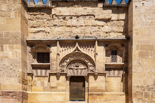 La catedral de la mezquita en córdoba, españa. vista de la fachada de la pared exterior.