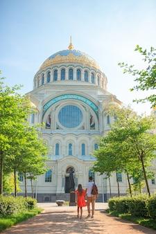 Catedral naval de san nicolás en kronstadt, cerca de san petersburgo
