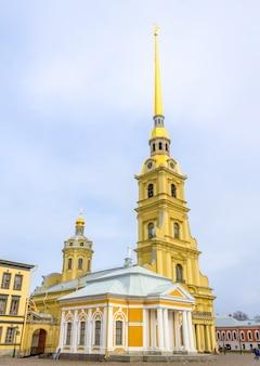 Catedral de pedro y pablo en san petersburgo, rusia.