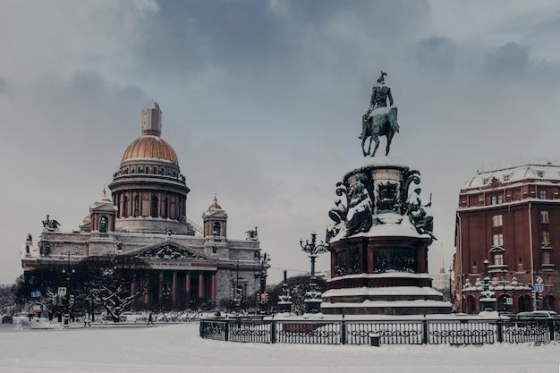 Catedral de san isaac y monumento a nicolás i en san petersburgo, rusia, cubierto de nieve