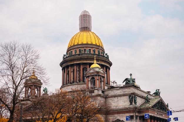 Catedral de san isaac en san petersburgo en otoño hermosa arquitectura