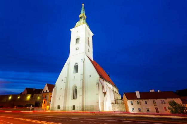 La catedral de san martín es una iglesia católica romana en bratislava, eslovaquia al atardecer. la catedral de san martín es la más grande y una de las iglesias más antiguas de bratislava.