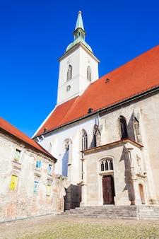 La catedral de san martín es una iglesia católica romana en bratislava, eslovaquia. la catedral de san martín es la iglesia más grande de bratislava.