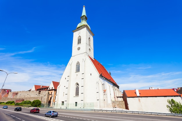 La catedral de san martín es una iglesia católica romana en bratislava, eslovaquia. la catedral de san martín es la más grande y una de las iglesias más antiguas de bratislava.