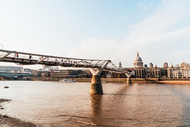 La catedral de san pablo y el puente del milenio al atardecer