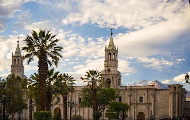 Catedral y volcán en arequipa, perú
