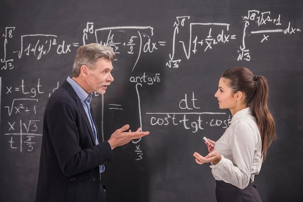 Catedrático de química líder en conferencia en la universidad.