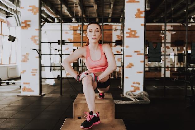 Caucásica deportista está haciendo ejercicio en gimnasio solo