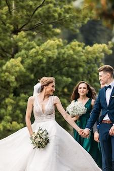 Caucásica feliz pareja joven romántica celebrando su matrimonio
