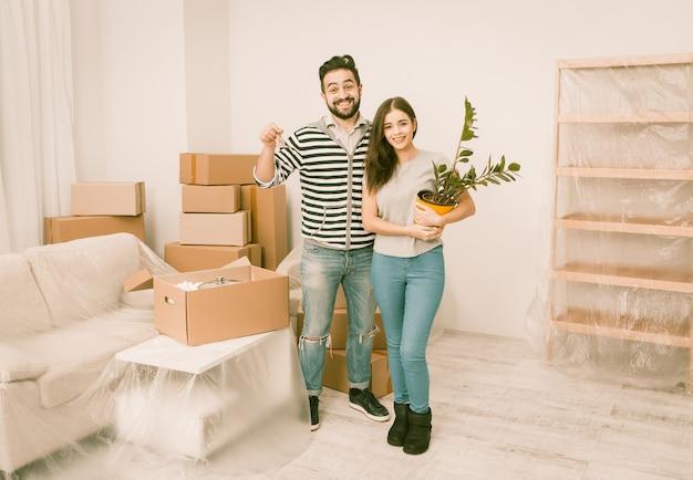 Caucásica joven pareja feliz de mudarse a nuevo apartamento.