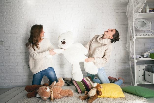 Caucásica oso de la mañana niña suéter