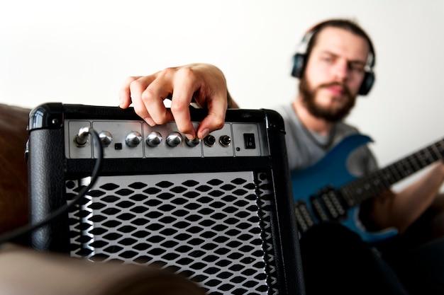 Caucásico, hombre, practicar, guitarra eléctrica