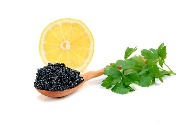 Caviar negro en una cuchara de madera.