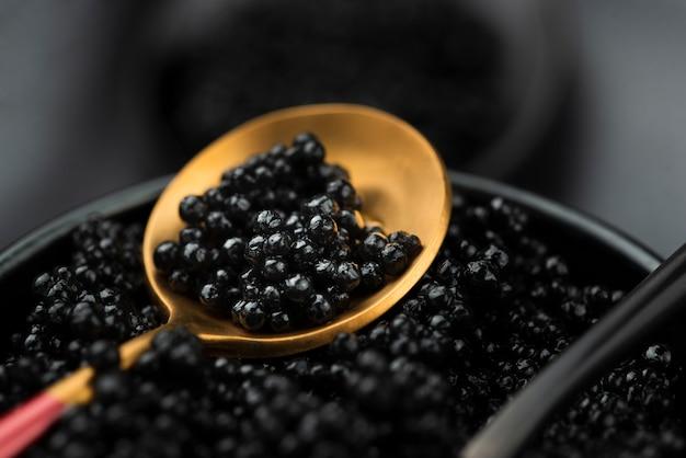 Caviar negro en cuchara de oro