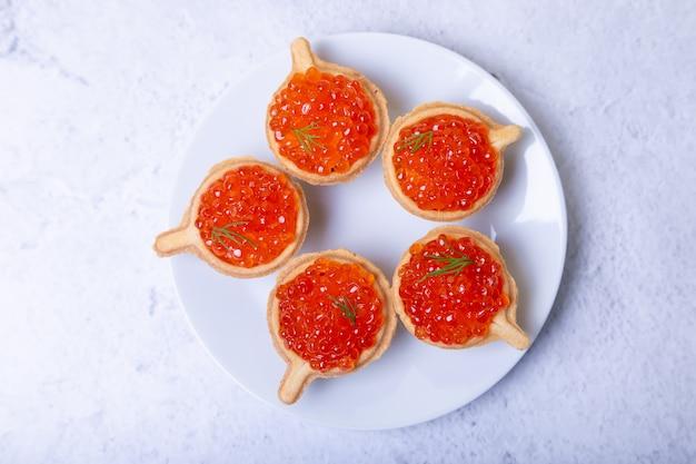Caviar rojo (caviar de salmón) en tartaletas. enfoque selectivo, primer plano, vista superior.