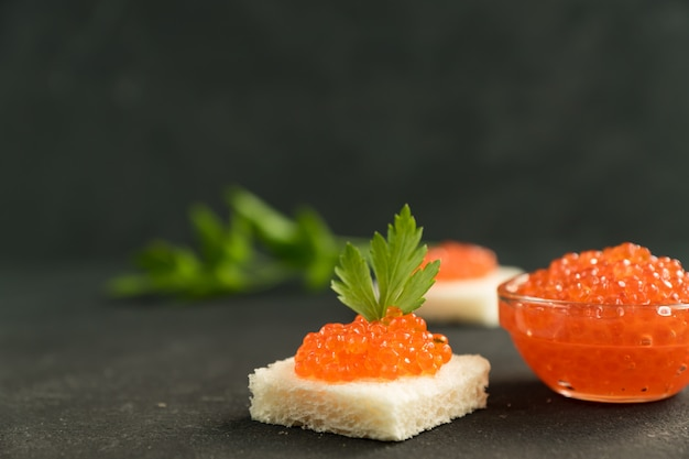 Caviar rojo en pan de trigo, mariscos. alimentación saludable y dieta. copiar espacio para texto