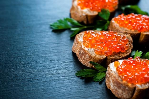 Caviar rojo sobre fondo de pizarra