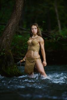 Cazador salvaje amazónico cazando en un río
